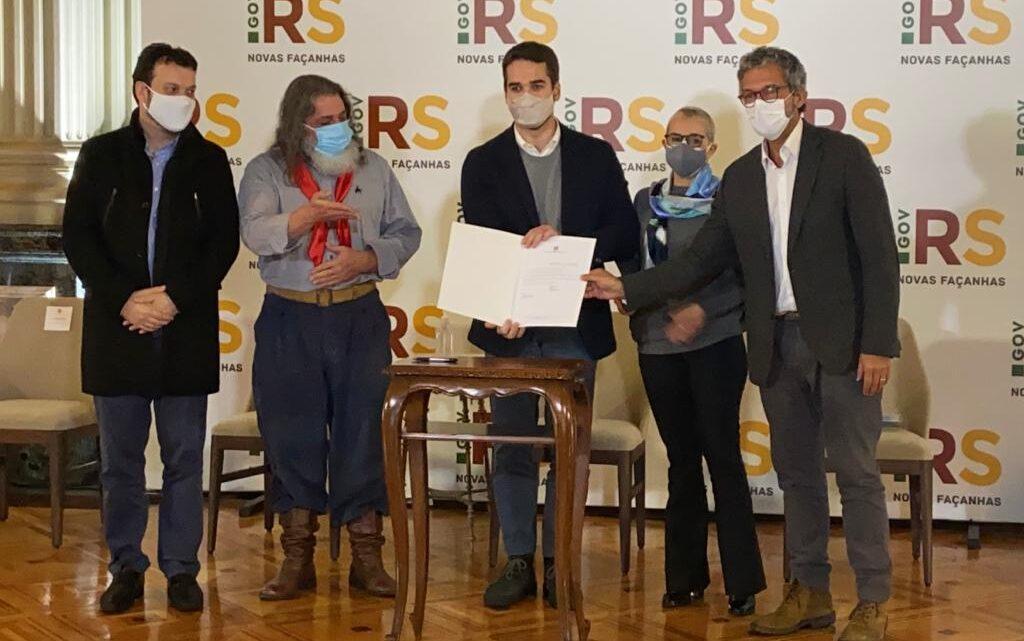 LEI DE FREDERICO ANTUNES INSTITUI O ANO DO NATIVISMO GAÚCHO EM HOMENAGEM AOS 50 ANOS DA CALIFÓRNIA DA CANÇÃO DE URUGUAIANA